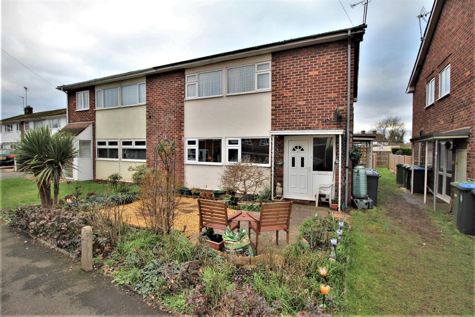 2 Bedrooms Maisonette Flat for sale in Lords Lane, Studley